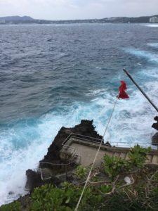 波が高い真栄田岬